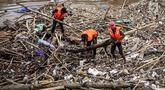 Petugas kebersihan betopeng Spiderman membersihkan sampah yang menumpuk di Pintu Air Manggarai, Jakarta, Senin (12/11). Sebagian besar sampah seperti, batang pohon, bambu, setereofoam, plastik hingga kasur. (Liputan6.com/Fery Pradolo)