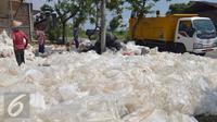 Sejumlah pekerja memilah sampah plastik sebelum proses daur ulang di Desa Tanjungrejo, Kecamatan Jekulo, Kudus, Jawa Tengah (6/1/2016). Warga memanfaatkan sampah plastik yang ada di TPA Tanjungrejo untuk  menjadi nilai ekonomi desa. (Liputan6.com/Gholib)