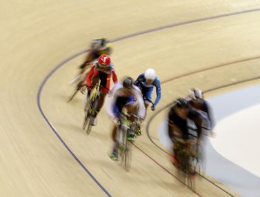 Para pesepeda memacu kecepatan pada nomor Men Junior Keirin. (Bola.com/Yoppy Renato)