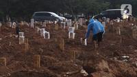 Suasana makam jenazah Covid-19 di TPU Tegal Alur, Jakarta, Minggu (3/12/2021). Posisi ketiga adalah Jawa Tengah dengan 971 kasus. (Liputan6.com/Angga Yuniar)