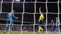 Wasit Ricardo de Burgos memberikan kartu merah kepada Cristiano Ronaldo saat melawan di Barcelona Camp Nou stadium, (13/82017). Akibat kartu merah tersebut Ronaldo dilarang bermain lima laga. (AP/Manu Fernandez)