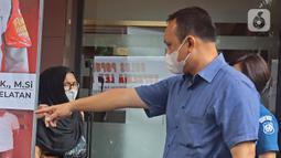 Mantan artis cilik, Ratna Fairuz Albar atau Iyut Bing Slamet dihadirkan dalam kasus dugaan penyalahgunaan narkoba di Mapolres Jakarta Selatan, Sabtu (5/12/2020). Saat penangkapan, polisi menemukan barang bukti berupa satu clip plastik sabu bekas pakai. (Liputan6.com/Herman Zakharia)