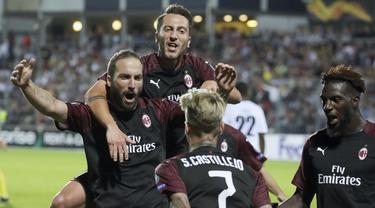 Para pemain AC Milan merayakan gol yang dicetak oleh Gonzalo Higuain ke gawang F91 Dudelange pada laga Liga Europa di StadionJosy Bathel, Letzebuerg, Kamis (20/9/2018). AC Milan menang 1-0 atas F91 Dudelange. (AP/Olivier Matthys)