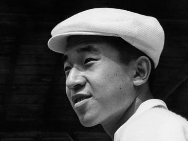Putra Mahkota Akihito terlihat selama turnamen tenis di resor Karuizawa, Jepang, 20 Agustus 1958. Kaisar Akihito akan mengakhiri pemerintahannya pada hari ini, Selasa 30 April 2019. (INTERCONTINENTALE/AFP)