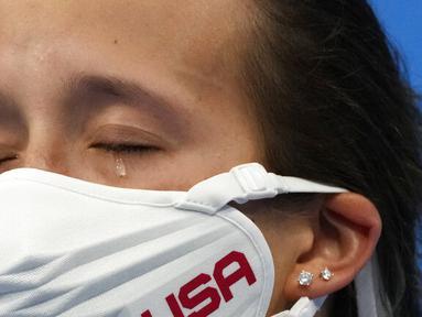 Jessica Parratto dari Amerika Serikat meneteskan air mata usai berhasil mendapatkan medali perak dalam final loncat indah 10 meter putri Olimpiade Tokyo 2020 di Tokyo Aquatics Center, Selasa (27/7/2021). (Foto: AP/Dmitri Lovetsky)