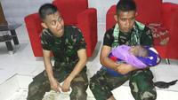 TNI selamatkan bayi korban banjir sentani (foto: instagram/@puspentni)