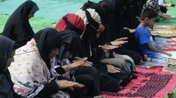 Umat Muslim India bersujud berdoa memohon turun hujan di depan Danau Himayat Sagar di Hyderabad, India, Minggu (21/7/2019). Dampak angin muson mengakibatkan hasil panen pertanian musiman warga berkurang karena pengaruh kemarau yang panjang. (AFP Photo/Noah Seelam)