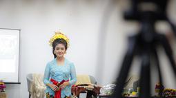 Anggota Perempuan Pelestari Budaya Indonesia mengenakan kebaya Bali dalam Fashion Show Virtual di Jakarta, Sabtu (21/11/2020). Acara fashion show serta penampilan tari Bali tersebut bertemakan #BalikemBali. (Liputan6.com/Faizal Fanani)