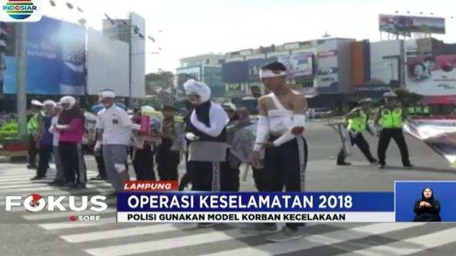 Sementara itu di Jalan Yos Sudarso, petugas Satlantas Polres Metro Jakarta Utara merazia tukang ojek online yang menggunkan telepon genggam saat berkendara.