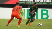 Irfan Jaya mencetak gol saat Persebaya melawan Borneo FC, Jumat (11/5/2018). (Bola.com/Aditya Wany)