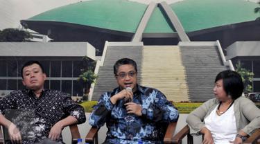 Ketua Komisi IX DPR Dede Yusuf (tengah) saat menjadi narasumber dalam diskusi di Gedung DPR, Jakarta, Selasa (29/9/2015). Ia berharap revisi UU No 39 Th 2004 tentang Penempatan dan Perlindungan TKI dapat diselesaikan 2015. (Liputan6.com/Johan Tallo)