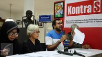 Koordinator KontraS, Haris Azhar (kedua kanan) menunjukkan surat saat memberikan penyataan di Jakarta, Rabu (2/3/2016). KontraS beserta keluarga korban pelanggaran HAM masa lalu mendesak pencopotan Jaksa Agung. (Liputan6.com/Helmi Fithriansyah)