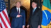 Presiden Donald Trump (kiri) bersama dengan Presiden Brasil Jair Bolsonaro ketika bertemu di Mar-a-Lago, Palm Beach, Florida. (Photo: AFP/JIM WATSON)