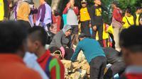 Tri Rismaharini saat kerja bakti di jembatan Suramadu (Dian Kurniawan/Liputan6.com)