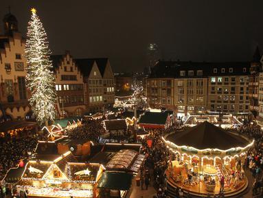 Pasar Natal digambarkan pada hari pembukaannya di Frankfurt am Main, Jerman, Senin (25/11/2019). Sesuai dengan namanya, tempat ini adalah sebuah pasar yang bertemakan Natal. (Photo by Daniel ROLAND / AFP)