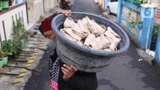Warga membawa nasi bungkus untuk warga yang terdampak Covid-19 di di RW 03, Kelurahan Gandasari, Kecamatan Jatiuwung, Kota Tangerang, Jumat (11/6/2021).  Dampak penerepan lockdown membuat warga sekitar yang sehat melakukan aksi bersama untuk menyuplai makanan.  (Liputan6.com/Angga Yuniar)
