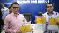 Direktur Tipideksus Brigjen Agung Setya (kiri) menunjukan barang bukti saat rilis pelaku pembobol 7 Bank dengan total kerugian sekitar Rp 1 triliun di Bareskrim Polri, Jakarta, Kamis (9/3). (Liputan6.com/Faizal Fanani)