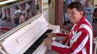 Pria yang bernama Jim itu direkam sedang memainkan beberapa karya ragtime yang terkenal dengan kemampuan yang mumpuni.