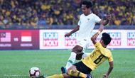 Gelandang Timnas Indonesia, Hendro Siswanto, berduel dengan pemain Timnas Malaysia, Nor Azam, di Stadion Nasional, Bukit Jalil (19/11/2019), dalam laga kelima Grup G kualifikasi Piala Dunia 2022 zona Asia. (AFP/STR)