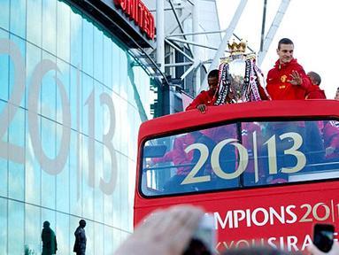 Para pemain Manchester United memamerkan tropi Piala Liga Premier Inggris di atas bus kepada para suporter sejatinya.