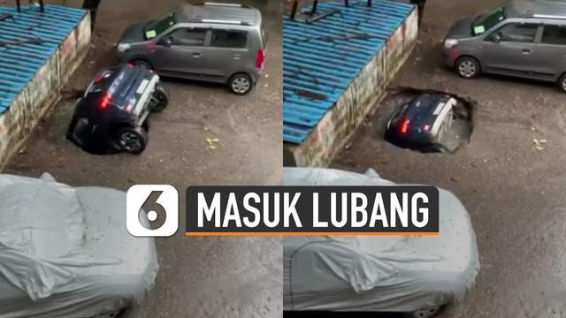 Tidak habis pikir mengapa sebuah mobil ini bisa masuk ke dalam lubang pembuangan hingga tenggelam.