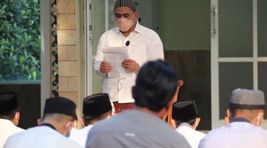 Wakil Gubernur Jateng Taj Yasin saat menjadi imam Salat Ied di Rumah Dinas. (Foto: Liputan6.com/Felek Wahyu)