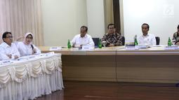 Plt Direktur Utama PLN Sripeni Inten Cahyani (kedua kiri) memberikan penjelasan kepada Presiden Joko Widodo (Jokowi) di Kantor Pusat PLN (Persero), Jakarta, Senin (5/8/2019). Kedatangan Jokowi menyusul peristiwa pemadaman listrik di hampir seluruh Pulau Jawa. (Liputan6.com/Angga Yuniar)