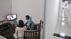 Aktivitas penghuni salah satu unit Menara Samawa di Pondok Kelapa, Jakarta Timur, Selasa (27/10/2020). Program hunian vertikal dengan DP 0 rupiah Pemprov DKI tersebut mulai diminati warga Jakarta dan telah dihuni lebih dari 50 persen. (merdeka.com/Iqbal S. Nugroho)