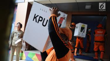 Pasukan oranye mengambil logistik pemilu 2019 di Gelanggang Olahraga Remaja, Jakarta Pusat, Selasa (16/4). Logistik tersebut akan distribusikan kesejumlah kelurahan dan TPS yang tersebar di Kecamatan Senen, jelang Pemungutan Suara pada 17 April 2019. (Liputan6.com/Herman Zakharia)