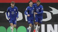 Gelandang Chelsea, Mason Mount, mencetak gol ke gawang melalui tendangan penalti pada laga pekan ke-25 Premier League 2020/2021 di St Mary's Stadium, Sabtu (20/2/2021) malam WIB. (AFP/Kirsty Wigglesworth)