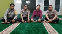 Kepala Kepolisian Daerah Sulawesi Selatan (Kapolda Sulsel) Irjen Pol Mas Guntur Laupe meminta maaf atas perbuatan sejumlah anggotanya yang memasuki masjid dengan mengenakan sepatu saat mengejar sejumlah pendemo. (Liputan6.com/Eka Hakim)
