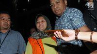 Bupati Bekasi Neneng Hassanah Yasin memakai rompi tahanan dikawal petugas usai menjalani pemeriksaan di gedung KPK, Jakarta, Selasa (16/10). Neneng Hasanah Yasin resmi ditahan terkait dugaan menerima suap pembangunan Meikarta. (merdeka.com/Dwi Narwoko)