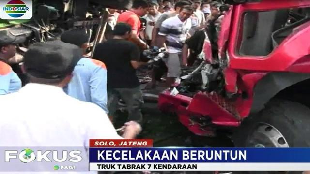Truck sarat muatan yang dikemudikan Sugeng menghantam tujuh kendaraan yang berada di depannya.