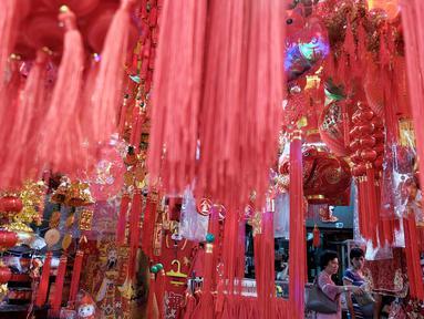 Sejumlah pernak-pernik Imlek dipajang di sebuah kios di kawasan Glodok, Jakarta, Kamis (25/1). Tahun Baru Imlek yang jatuh pada 16 Febuari mendatang sudah diramaikan oleh para pedagang yang menjual pernak pernik. (Liputan6.com/JohanTallo)