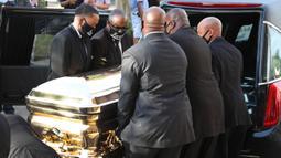 Peti mati berisi jenazah George Floyd dibawa setelah penghormatan terakhir di Gereja Fountain of Praise, Houston, Amerika Serikat, Senin (8/6/2020). Peti mati George Floyd dibuat oleh produsen peti mati emas terkenal di seluruh dunia, Batesville Casket Company. (Joe Raedle/Getty Images/AFP)