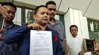Eggi Sudjana diwakilkan pengacaranya mendaftarkan gugatan status tersangka yang disematkan oleh Polda Metro Jaya ke Pengadilan Negeri Jakarta Selatan, Jumat (10/5/2019).(Liputan6.com/Ady Anugrahadi)