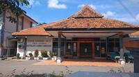 Penampakan ruang IGD RSD Gunung Jati Cirebon saat ditutup sementara dalam rangka sterilisasi dan screening menyusul salah satu tenaga medisnya dinyatakan positif covid-19. Foto (Liputan6.com / Panji Prayitno)