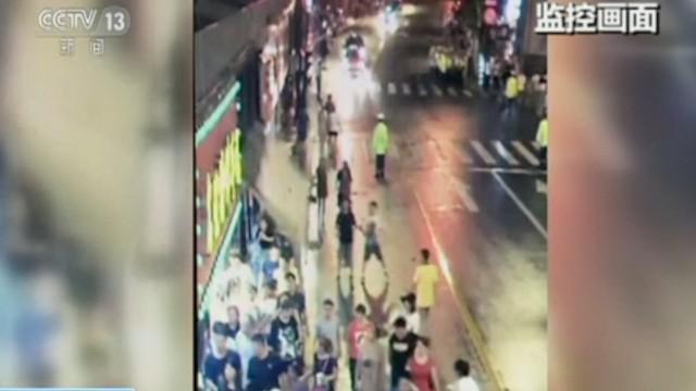 Detik-detik sebuah papan iklan jatuh menimpa pejalan kaki. Akibatnya tiga orang tewas dan enam orang terluka.