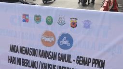 Papan bertuliskan pemberlakuan ganjil genap diletakan di kawasan Perempatan Yasmin, Kota Bogor, Sabtu (6/2/2021). Pemkot Bogor mulai menerapkan kebijakan ganjil-genap setiap akhir pekan untuk mengurangi mobilitas warga di tengah meningkatnya kasus positif COVID-19 (merdeka.com/Arie Basuki)