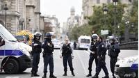 Kepolisian Paris menutup jalan terkait tragedi pembunuhan di kantor kepolisian setempat (AFP/Martin Bureau)