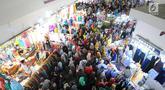 Masyarakat memadati pasar Tanah Abang, Jakarta, Minggu (26/5/2019). Jelang lebaran masyarakat mulai memadati pusat perbelanjaan untuk membeli kebutuhan saat Hari Raya Idul Fitri. (Liputan6.com/Angga Yuniar)