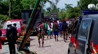 Polisi harus mendirikan pagar pengaman guna memisahkan dua suku yang tengah bertikai di Timika, Papua.