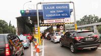 Sejumlah pengendara mobil mengantre di gerbang tol Pejompongan, Jakarta, Jumat (15/9). Dalam menggunakan GTO ini, pengguna jalan tol diwajibkan memiliki kartu pembayaran non tunai sebagai kartu prabayar. (Liputan6.com/Angga Yuniar)