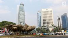 Sebuah instalasi bambu menghiasi kawasan Bundaran HI, Jakarta, Rabu (15/8). Instalasi bambu karya Joko Afianto dipajang untuk menyambut HUT Kemerdekaan RI dan Asian Games 2018. (Liputan6.com/Fery Pradolo)