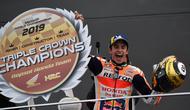 Pembalap Repsol Honda, Marc Marquez, berhasil meraih podium juara di MotoGP Valencia yang berlangsung di Sirkuit Ricardo Tormo, Minggu (17/11/2019) malam WIB. (AFP/PIERRE-PHILIPPE MARCOU)