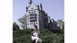 Sepasang pengantin bergaya di replika mini kastil gaya Jerman di Beijing World Park (AFP Photo/STR)