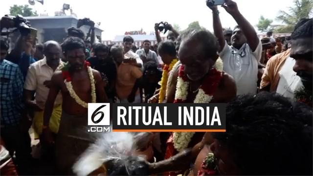 Ribuan orang India mengikuti ritual memecahkan kelapa di kepala mereka, dalam festival tahunan Aadi Perukku. Ritual ini dipercaya dapat mendatangkan kesuksesan dan kesejahteraan.