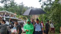 Kunjungan Jokowi ke Kecamatan Sukajaya guna melihat langsung pengerjaan pembukaan akses jalan. (Foto: Liputan6/Lisza Egeham)