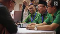 Sekjen PPP kubu Romahurmuziy (Romi) Arsul Sani berbincang dengan anggota Komisioner KPU, Hasyim Ashari di Kantor KPU RI, Jakarta, Sabtu (14/10). PPP kubu Romi secara resmi mendaftar sebagai peserta pemilihan umum 2019. (Liputan6.com/Faizal Fanani)