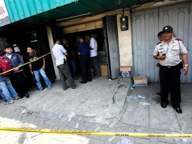 Satuan narkoba Polda Metro Jaya menggerebek gudang sabu di Jalan Biak, Jakarta, Rabu (30/4/14). (Liputan6.com/Faizal Fanani)